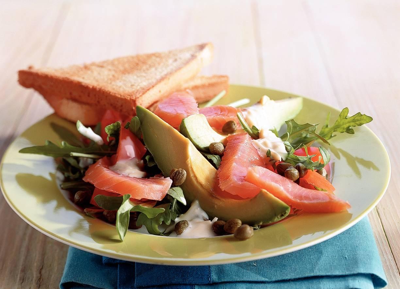 Salade met zalm en kaasdressing