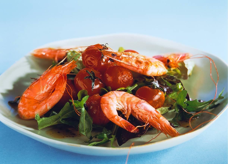 Salade met gamba's en cherrytomaten