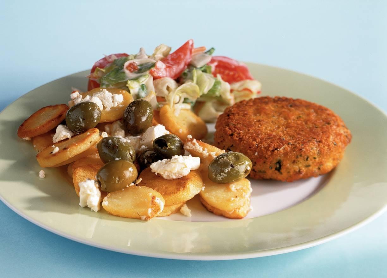 Gebakken aardappels met witte kaas en olijven