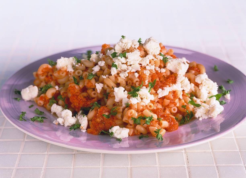 Macaroni met paprikasaus en witte kaas