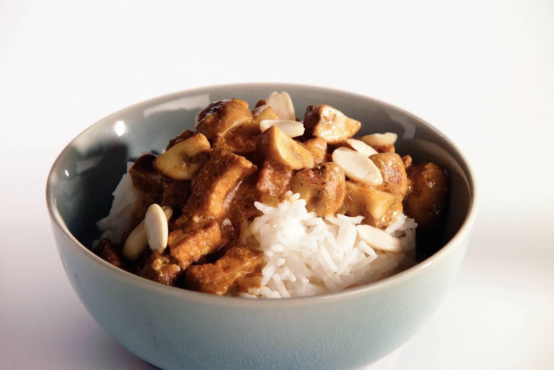 Curryschotel met tofu en paddestoel
