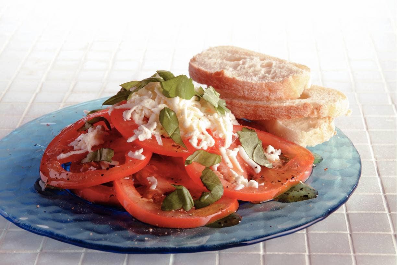 Frisse tomatensalade met basilicumolie