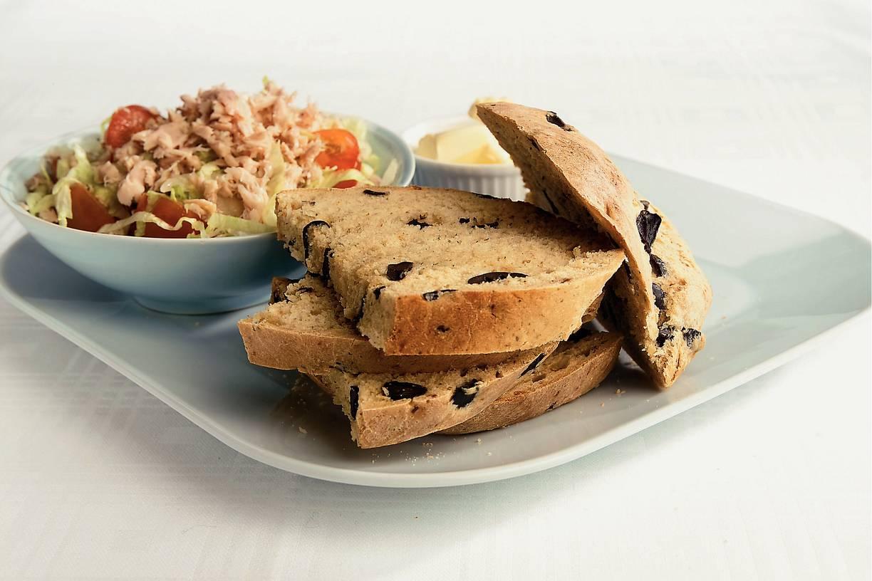 Italiaanse tonijnsalade met olijvenbrood