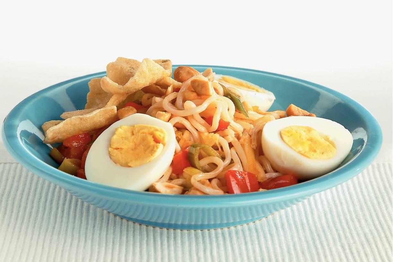 Noodles met zoetzure groenten en ei