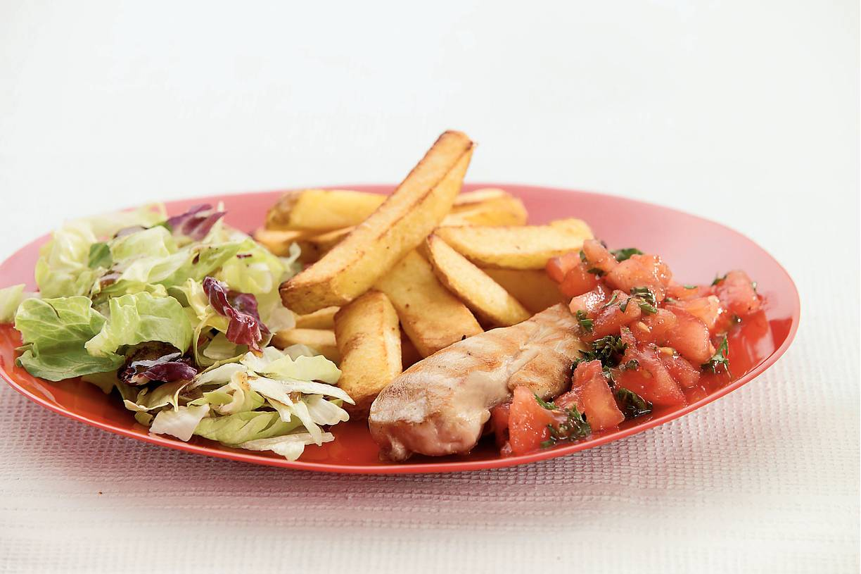 Gegrilde kipfilet met tomatensalsa en frites