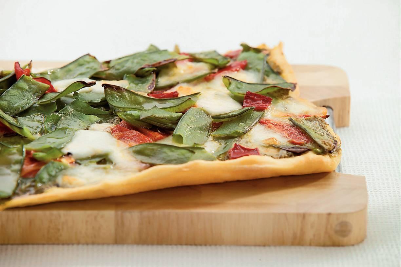 Pestopizza met peultjes en paprika