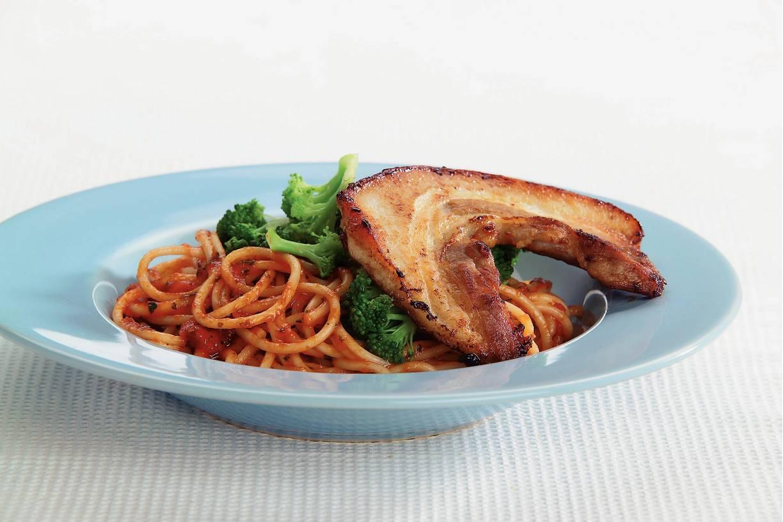 Spaghetti met spek in Italiaanse saus