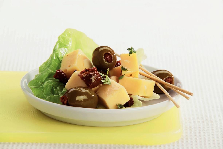 Tapas van olijven, zontomaten en kaas