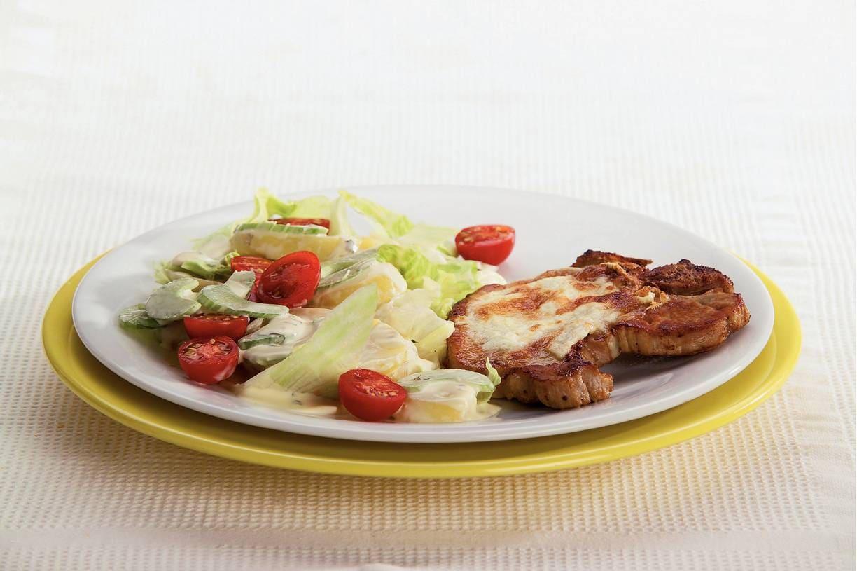 Karbonades en salade met zuiveldressing
