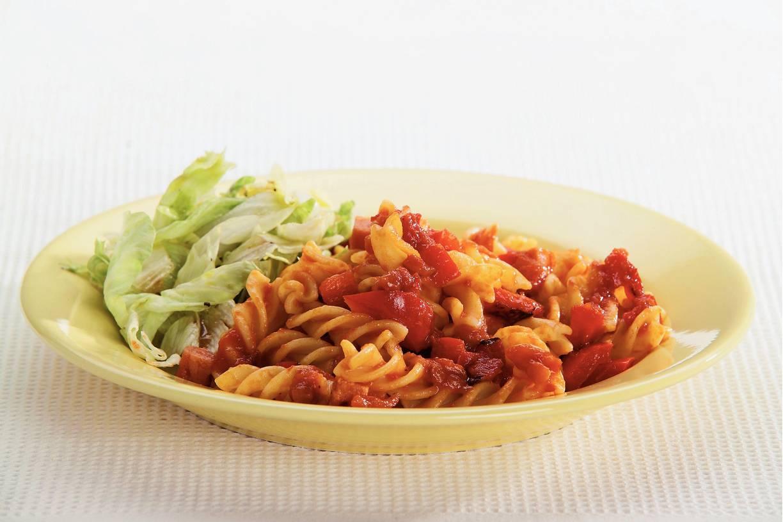 Fusilli met pittige tomaat-paprikasaus