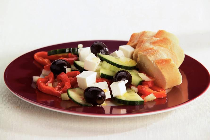 Griekse salade met geroosterde paprika