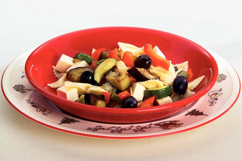 Ratatouille-pastasalade met vinaigrette