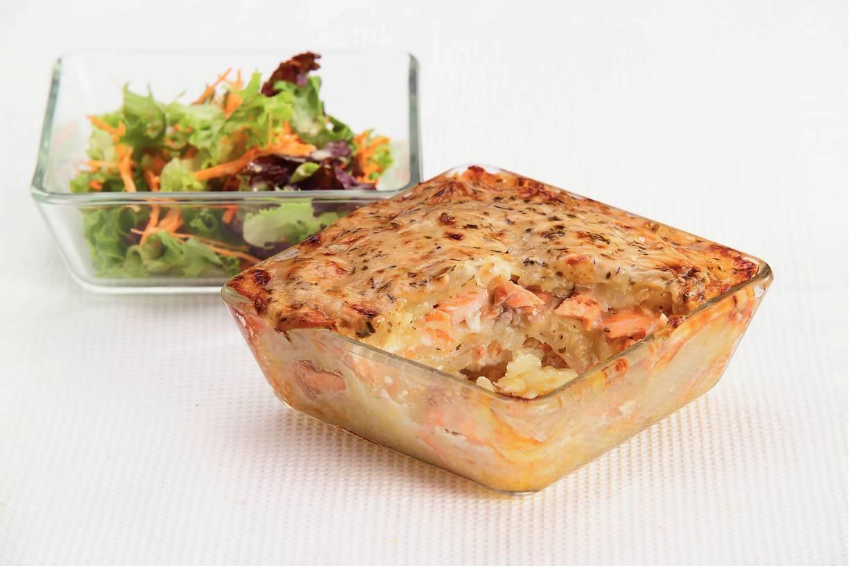 Zalm-aardappelschotel met tuinkruiden