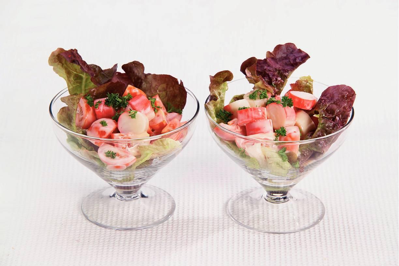 Cocktailsalade met surimi en cherrytomaten