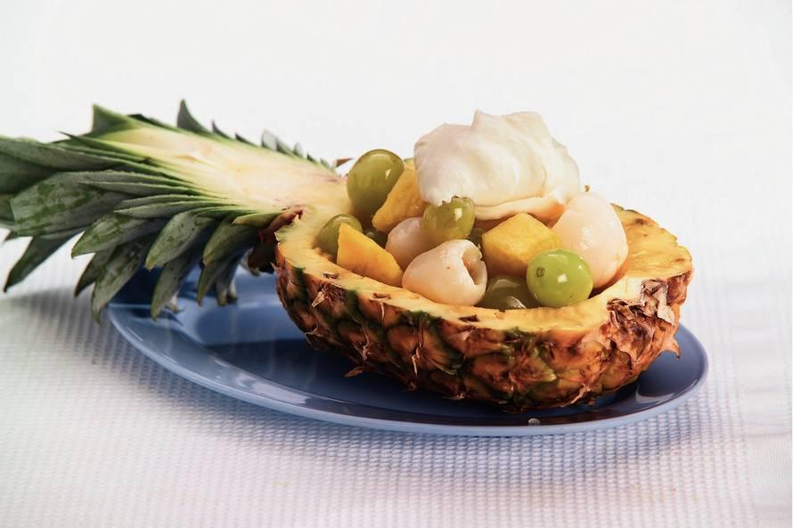 Gevulde ananas met zoete gemberroom