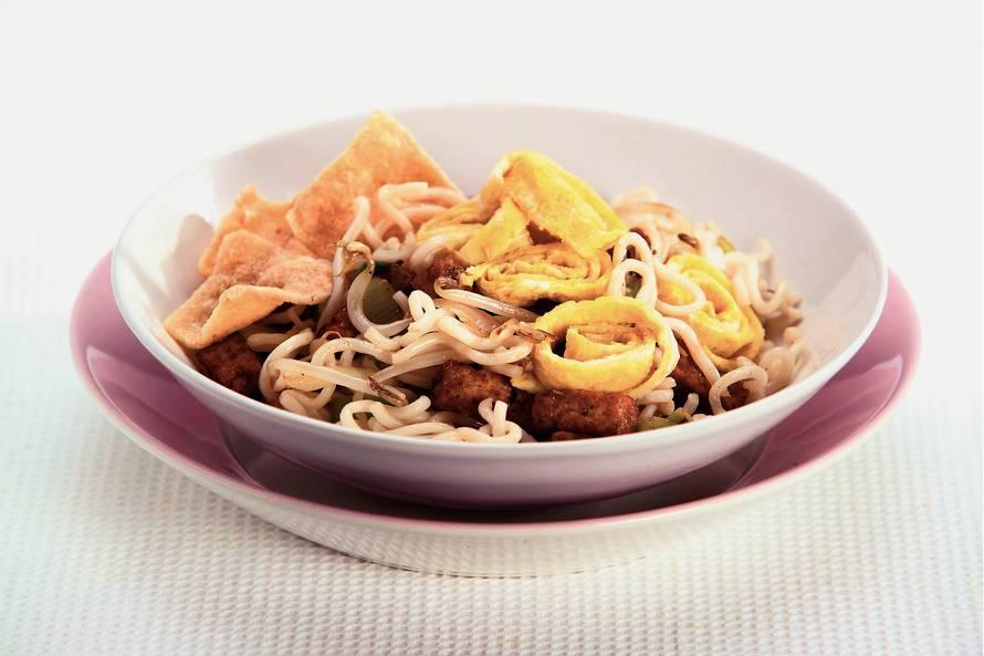 Noedels met tofu en omeletreepjes