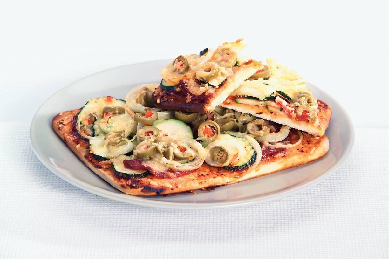 Pizza met courgette en salami