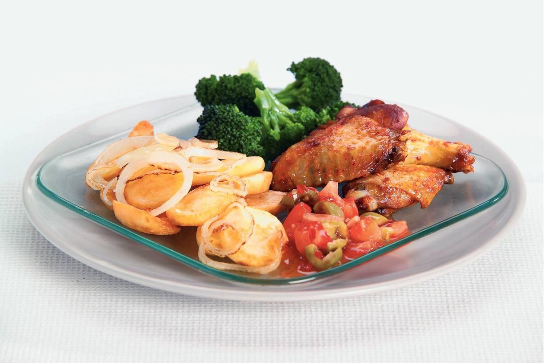 Gefrituurde aardappelschijfjes met kipkluifjes
