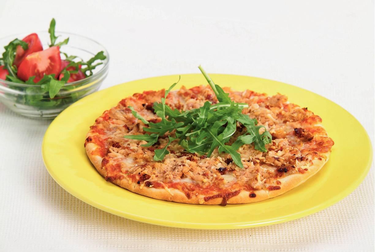 Tonijnpizza met snelle tomatensalade