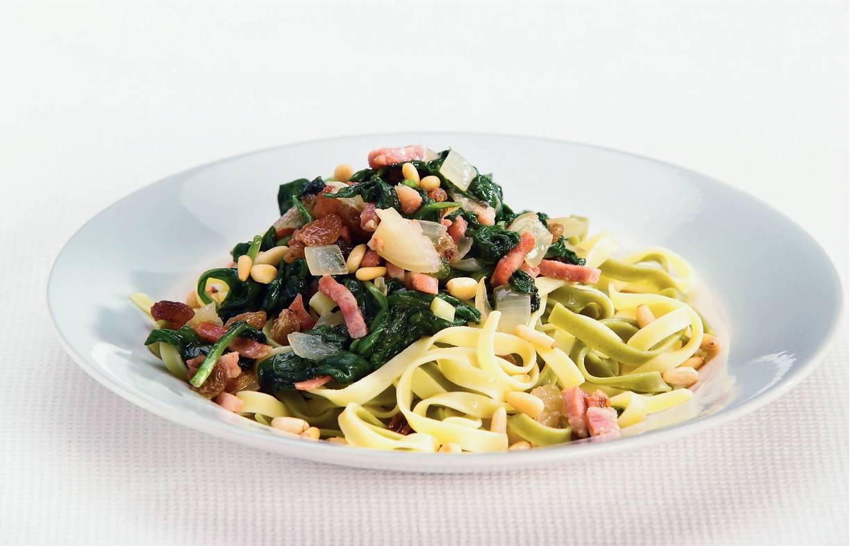Tagliatelle met spinazie, spekjes en pijnboompitten