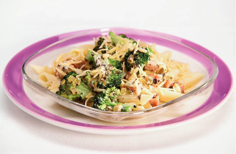 Pasta pesto met broccoli en ham