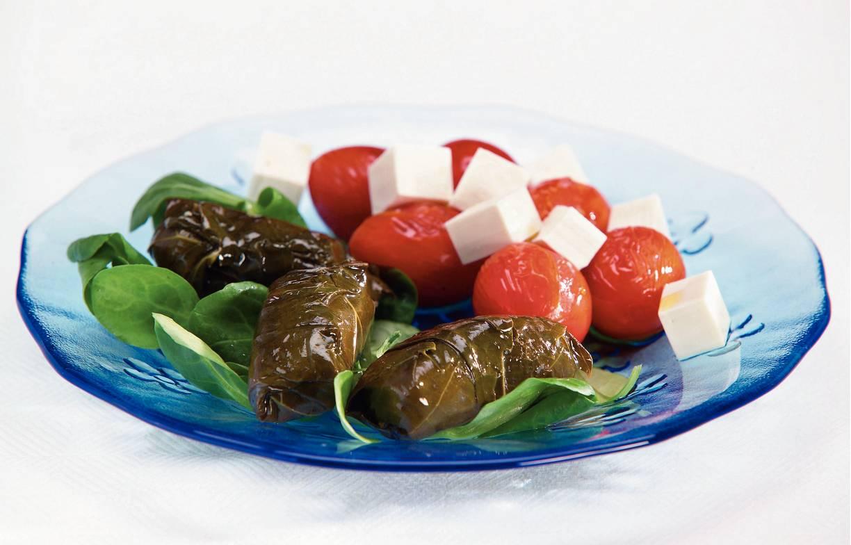 Griekse dolmas met tomatensalade