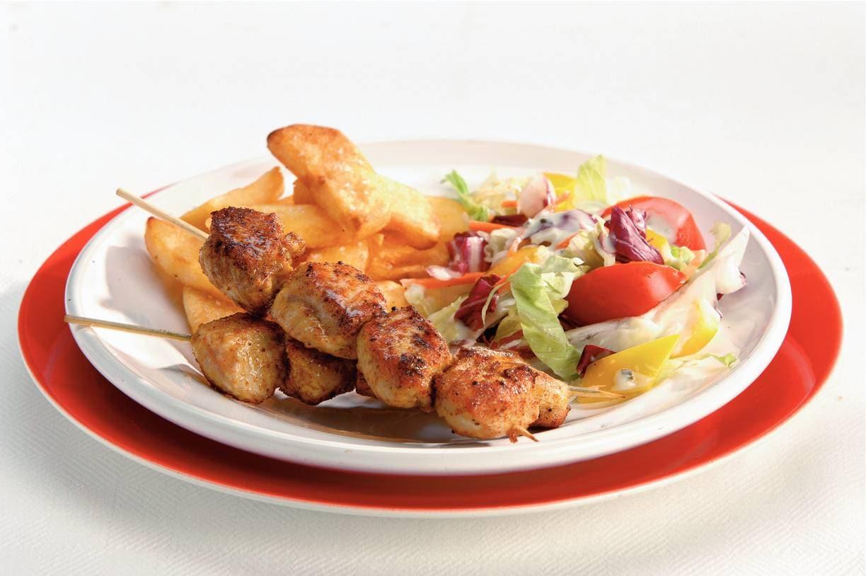 Curry-kalkoenspiezen met frites en salade
