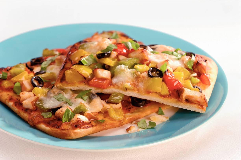 Pizza met paprika en gerookte kip