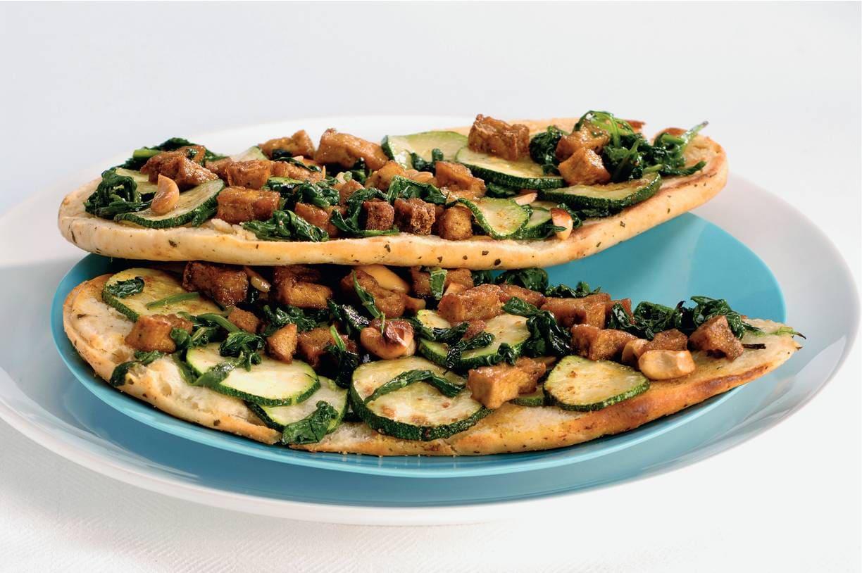 Pizza van naanbrood met tofu