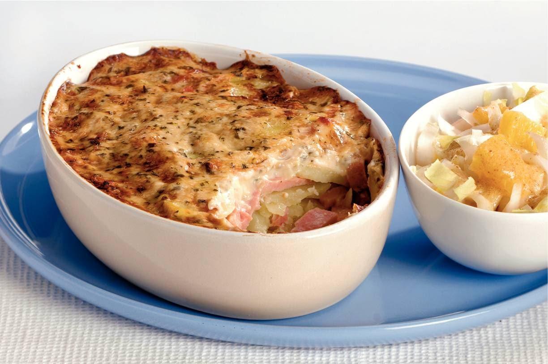 Aardappel-hamschotel met witlofsalade
