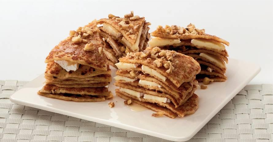 Hartige pannenkoekentaart met camembert, walnoten & honing