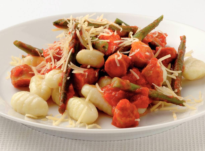 Gnocchi met kalkoenworstjes en tomatensaus