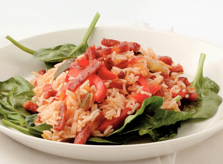 Lauwwarme rijstsalade met spekreepjes