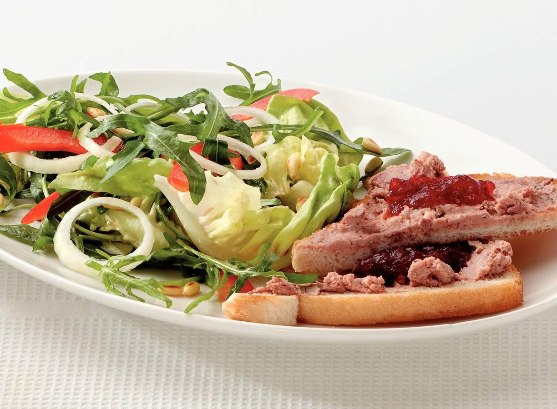 Salade met cranberrypaté-toast
