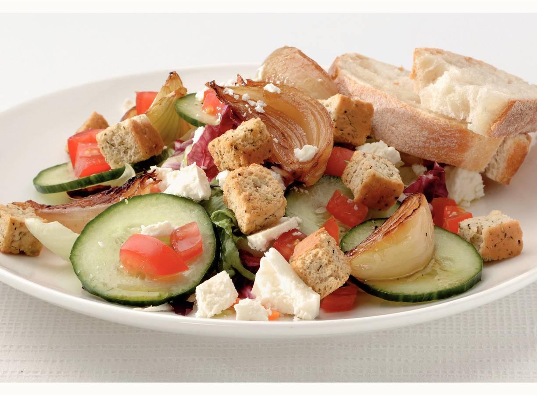 Frisse salade met witte kaas en croutons