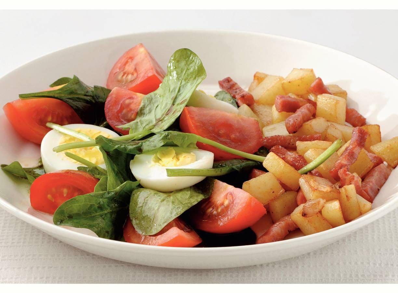 Spinaziesalade met spekjes en aardappel
