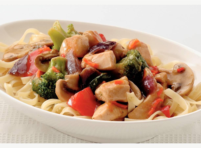 Tjaptjoi met gestoomde groente en kip