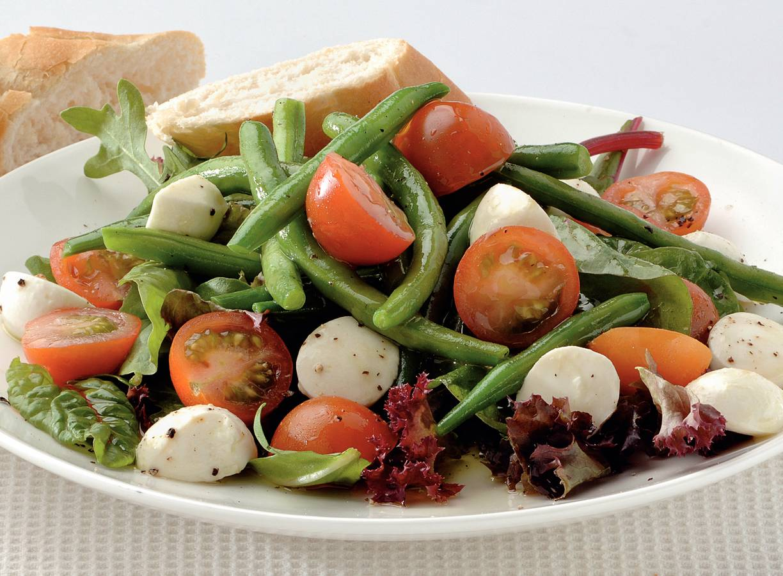 Italiaanse salade met basilicumdressing