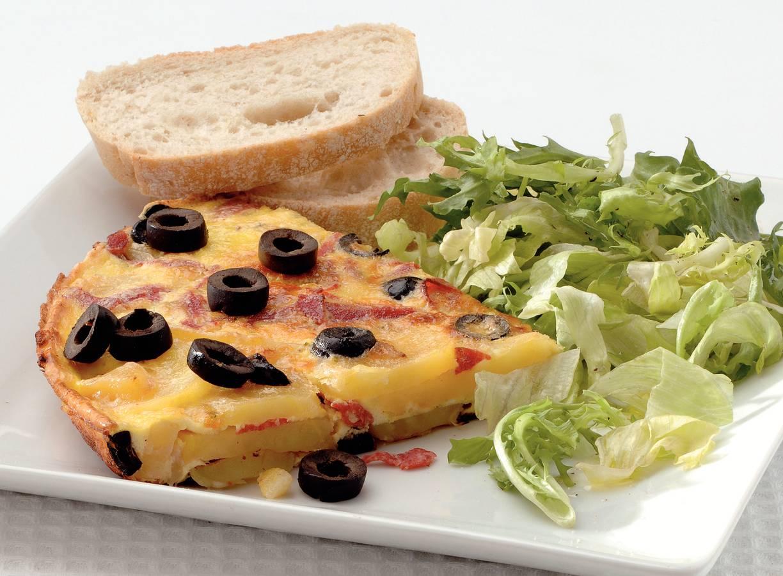 Aardappeltortilla met salami en olijven