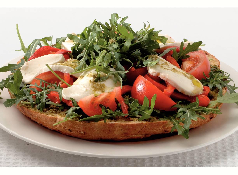 Pestosalade op zelfgebakken tomatenbrood