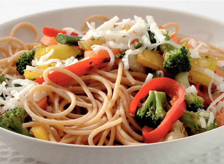 Spaghetti met wokgroente en geitenkaas
