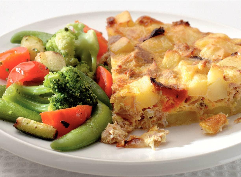 Aardappel-tonijnomelet en Italiaanse groenten