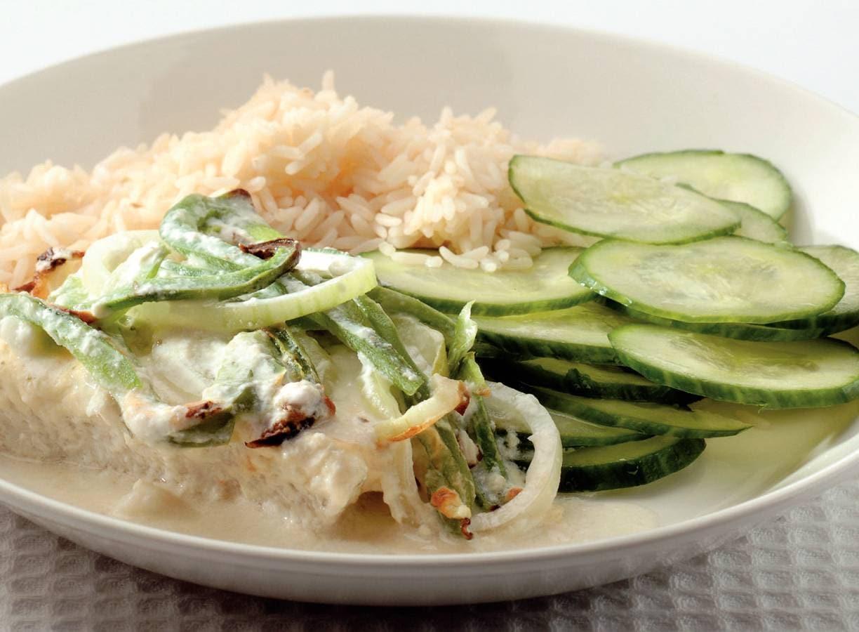 Kruidige visschotel met komkommersalade