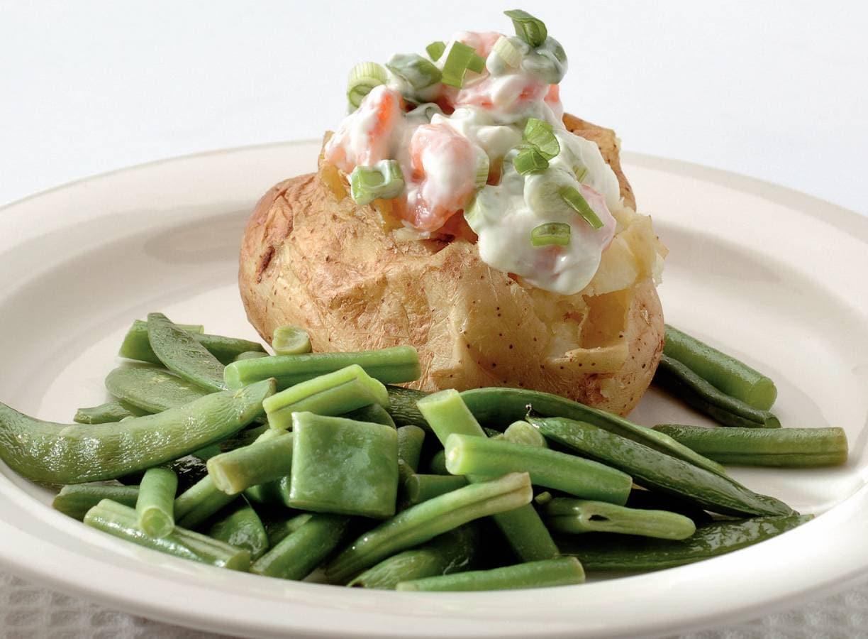 Gepofte aardappels met garnalen en kwark