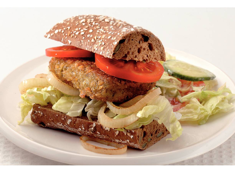 Broodje vegaburger met komkommersalade