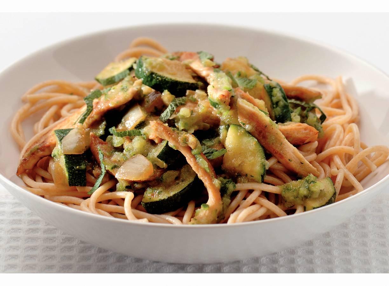 Spaghetti met courgette-muntsaus en kip