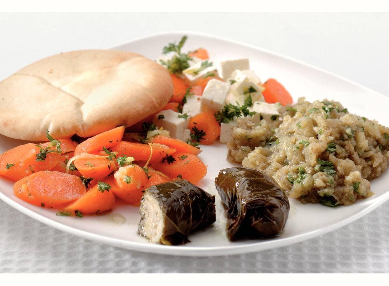 Mezze met dolma's, auberginepuree en salades