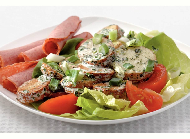 Gebakken aardappelsalade en gegrild gehakt