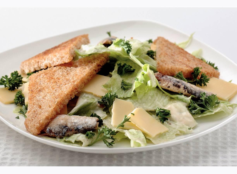 Maaltijdsalade met sardientjes en croutons