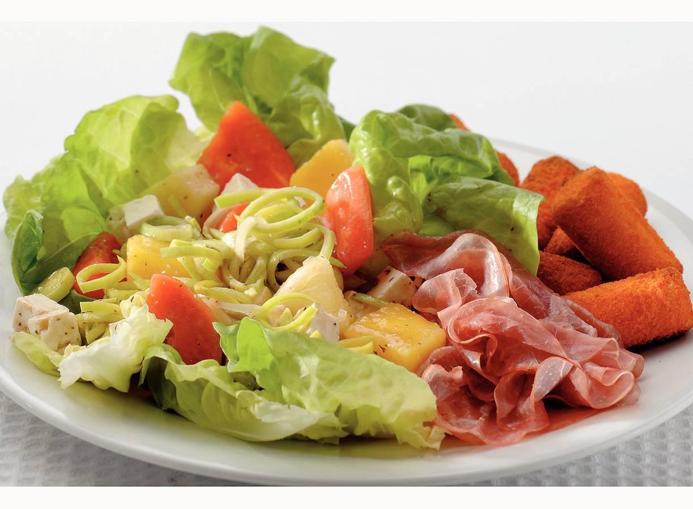 Tropische fruitsalade met witte kaas en rauwe ham